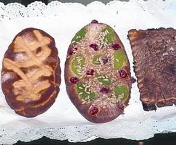 Tres cocas habituales: de crema, de frutas confitadas y de 'llardons'.