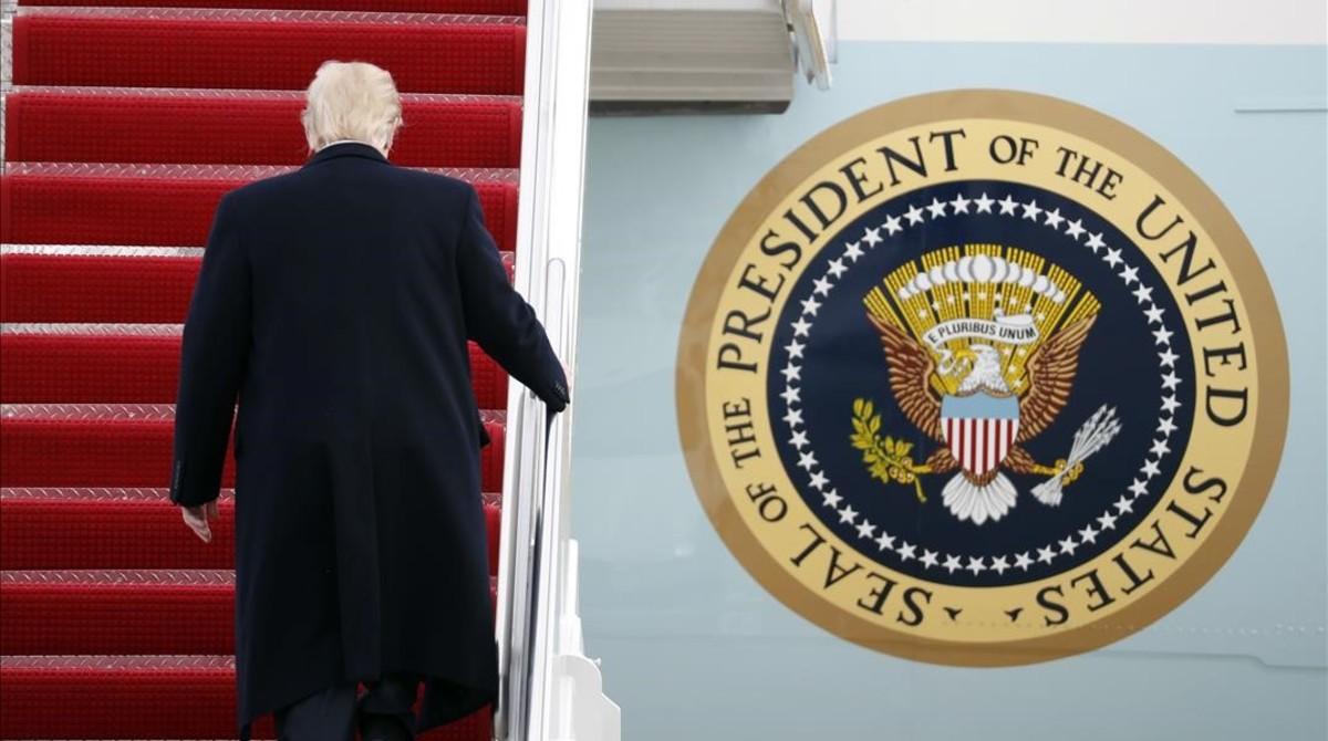 Trump sube la escalerilla del 'Air Force One'.