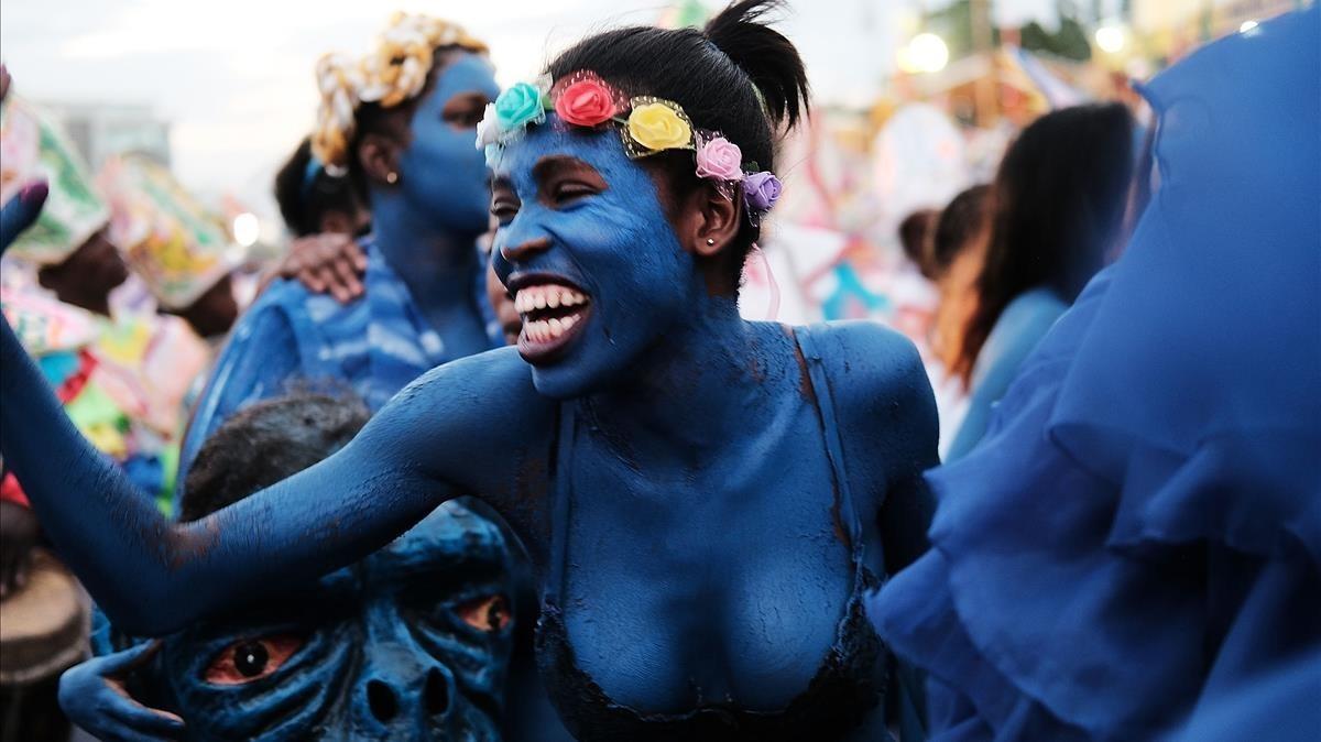 Una joven haitiana participa en las calles de Puerto Príncipe en el primer día de Carnaval, el 11 de febrero.