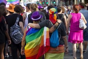 Una pareja de lesbianas durante un desfile del orgullo gay.