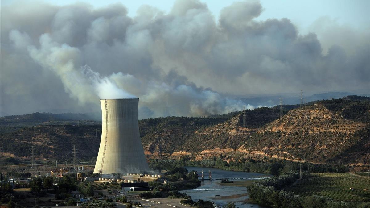 La central nuclear de Ascócon el río Ebro tras de sí y, al fondo, el incendio.
