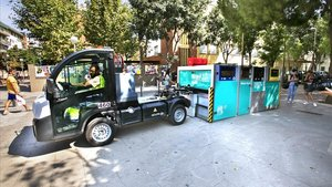 Colocando una plataforma móvil, como parte de la prueba piloto de recogida de basura, esta mañana en la plaza Rodríguez de la Fuente.
