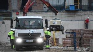 Operarios de la construcción trabajan en una obra cerca de la Plaça de les Glòries, el pasado 16 de marzo.