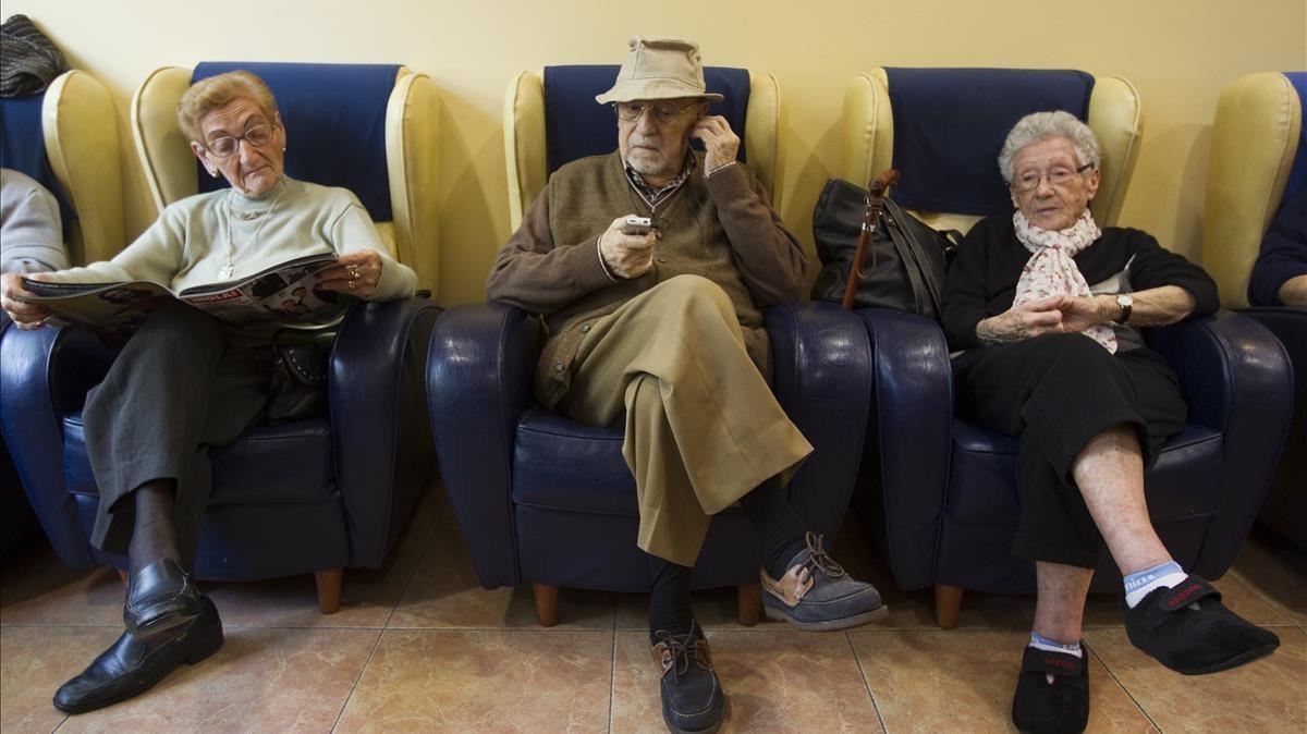 Unos ancianos en una residencia geriátrica, en el 2011.