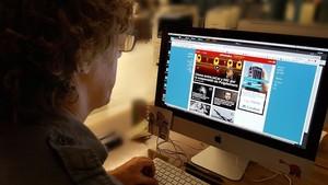 Un usuario consulta la página web de EL PERIÓDICO.