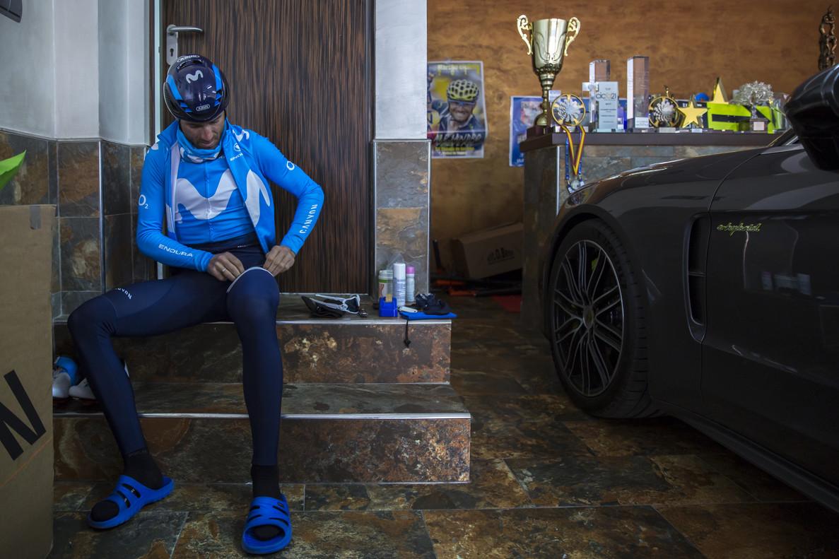Alejandro Valverde, en el garaje de su casa, en Murcia, se prepara para salir a entrenar.