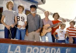 Los protagonistas de la serie de TVE Verano azul, con el actor Antonio Ferrandis, en el centro.