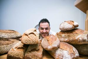 El panadero Jordi Morera posa en el obrador de LEspiga dOr, de Vilanova i la Geltrú.