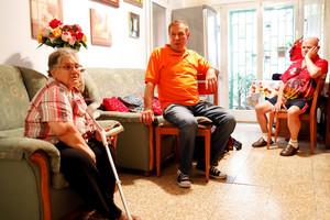 Usuarios de una vivienda contra la exclusión social financiada por la Obra Social la Caixa.