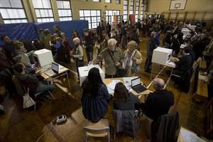 Votación durante la seudoconsulta del 9-N del 2014 en el colegio La Sadeta de Barcelona.