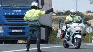 Control de la Guardia Civil en una autopista.