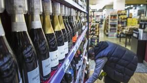 Un hombre es observado por las cámaras de un supermercado.