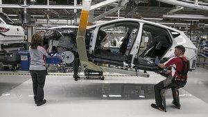 Trabajadores en la línea de montaje de la fábrica de Seat en Martorell