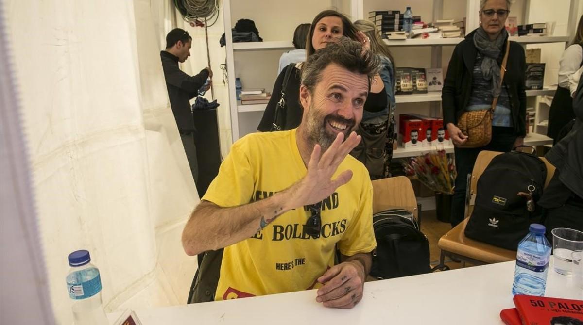 Pau Donés saluda durante la firma de su libro 50 palos.