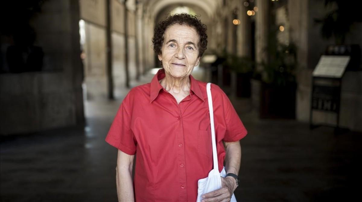 Empar Pineda, feminista y activista LGTBI, este lunes en la plaza Reial, recordando la manifestación de hace 40 años.