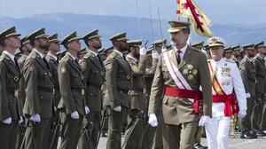 Cordialitat entre el Rei i Munté en l'entrega de despatxos de sergents de Talarn