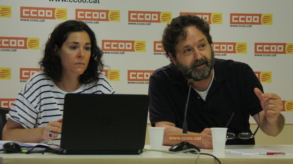 Romina Garcia yRicard Bellera, dirigentes de CCOO de Catalunya, durante la presnetación del informe sobre la pobreza en el trabajo.