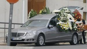 Un coche fúnebre.