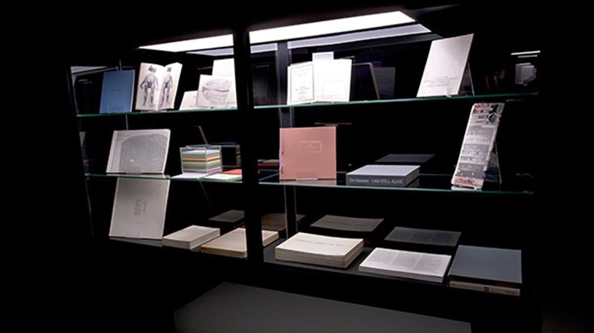 Uno de los apartados de la exposición 'Bibiloteques insòlites', el Arts Santa Mònica.