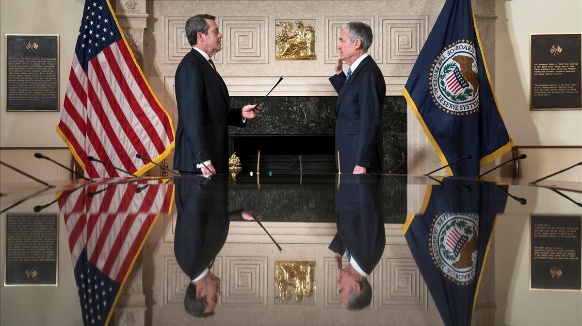 El nuevo presidente de la Reserva Federal, Jim Powell, jurando el cargo.