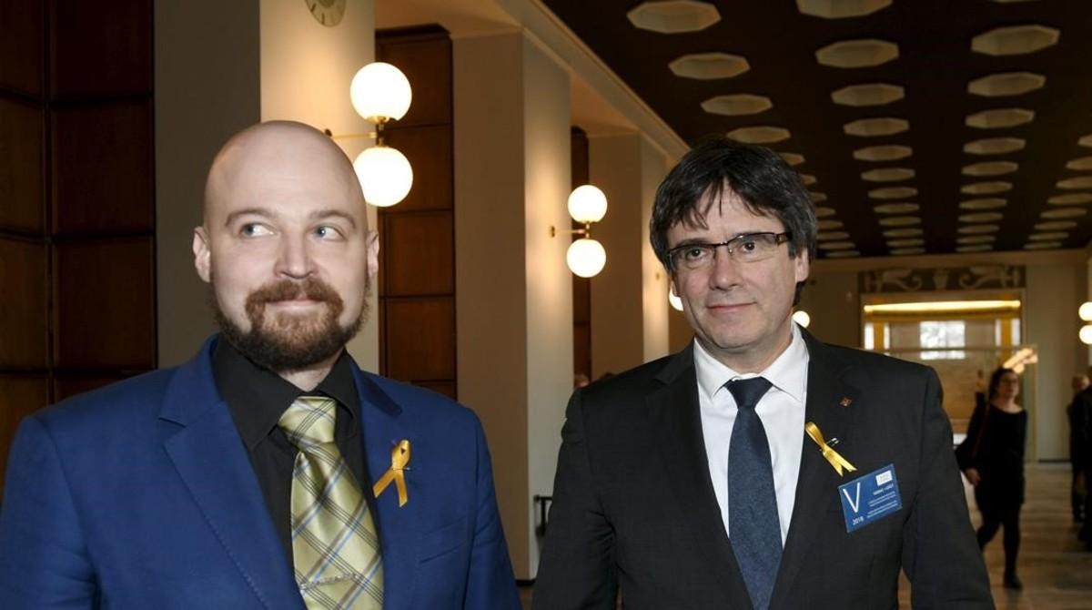 El diputado finlandés Mikko Karna junto a Carles Puigdemont.