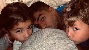 Luis Suárez y sus hijos besan el vientre de Sofía Balbis a la espera del hermanito.