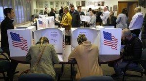 Electores preparan su votación en un colegio de Des Moines (Iowa).