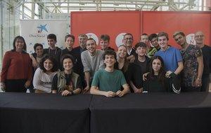 Los protagonistas de Youth#4 junto a los responsables del TNC, la Obra Social laCaixa y el director Didier Ruiz.