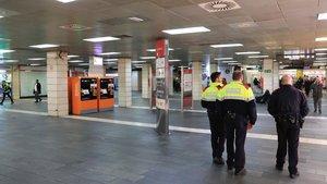 Desallotjats els manters del vestíbul de l'estació de plaça de Catalunya de Barcelona