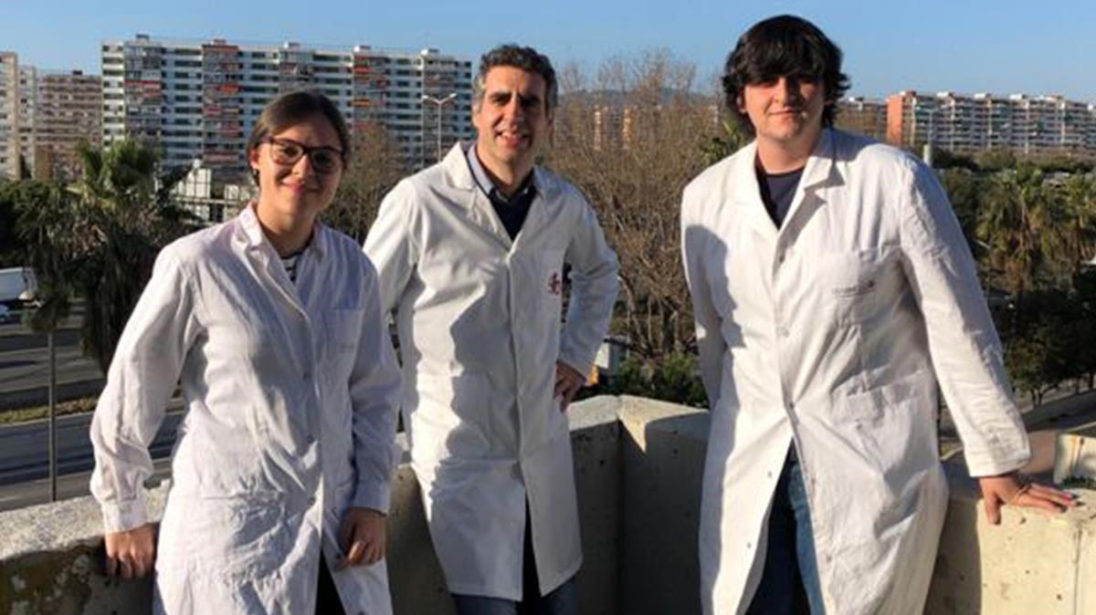 De izquierda a derecha, los investigadores Margalida Rosselló-Tortella,Manel Esteller yPere Llinàs-Arias.