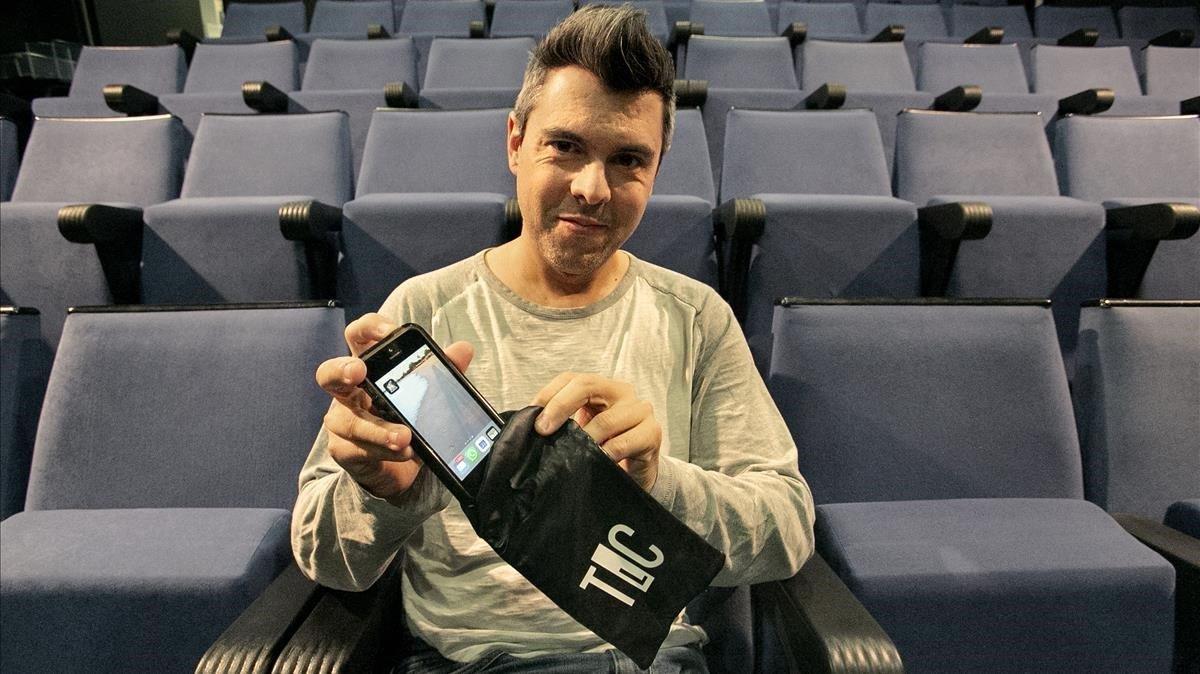 Andreu Banús, en la sala La Colmena, sujeta una de las bolsas para guardar el móvil.