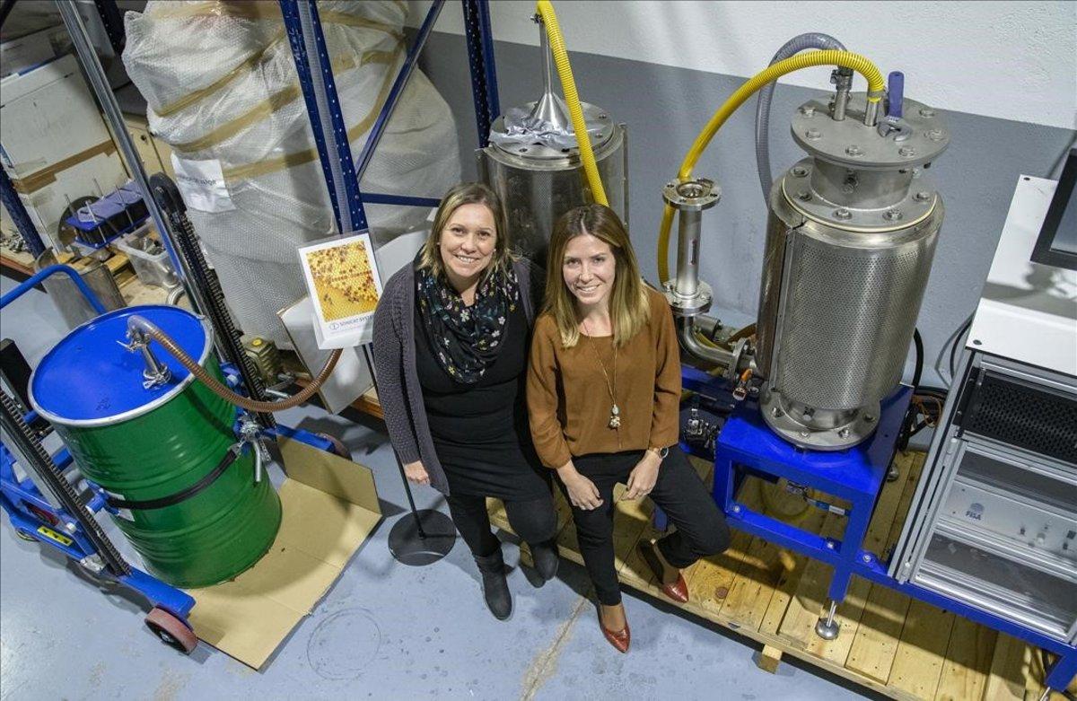 Estela Pacheco eIratxe Perales, cofundadoras de Sonicat-Systems S. L., junto a la máquina que han patentado y que ya están probando diferentes productores de miel.