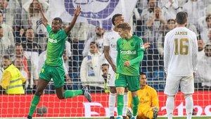 Isak celebrauno de los cuatro goles de la Real en el Bernabéu bajo la mirada de Odegaard.