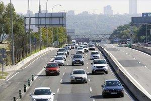 Salida de numerosos coches de Madrid por la carretera de A Coruña A-6