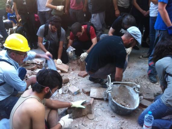 Un grup de persones treballen en les tasques de desenrunament del centre social de Can Vies.