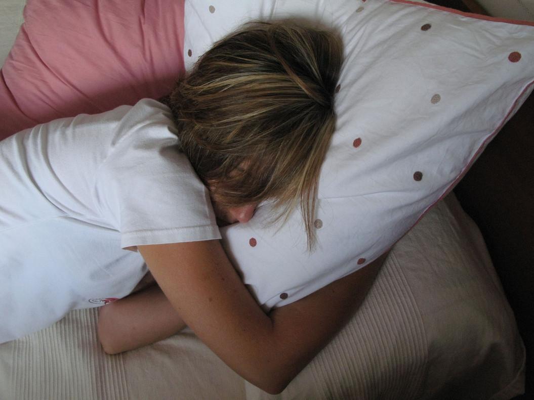 Una mujer duerme en un sofá.