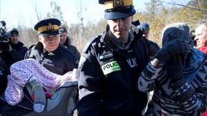 zentauroepp37374163 a mother and her child are taken into custody by royal canad170222101853