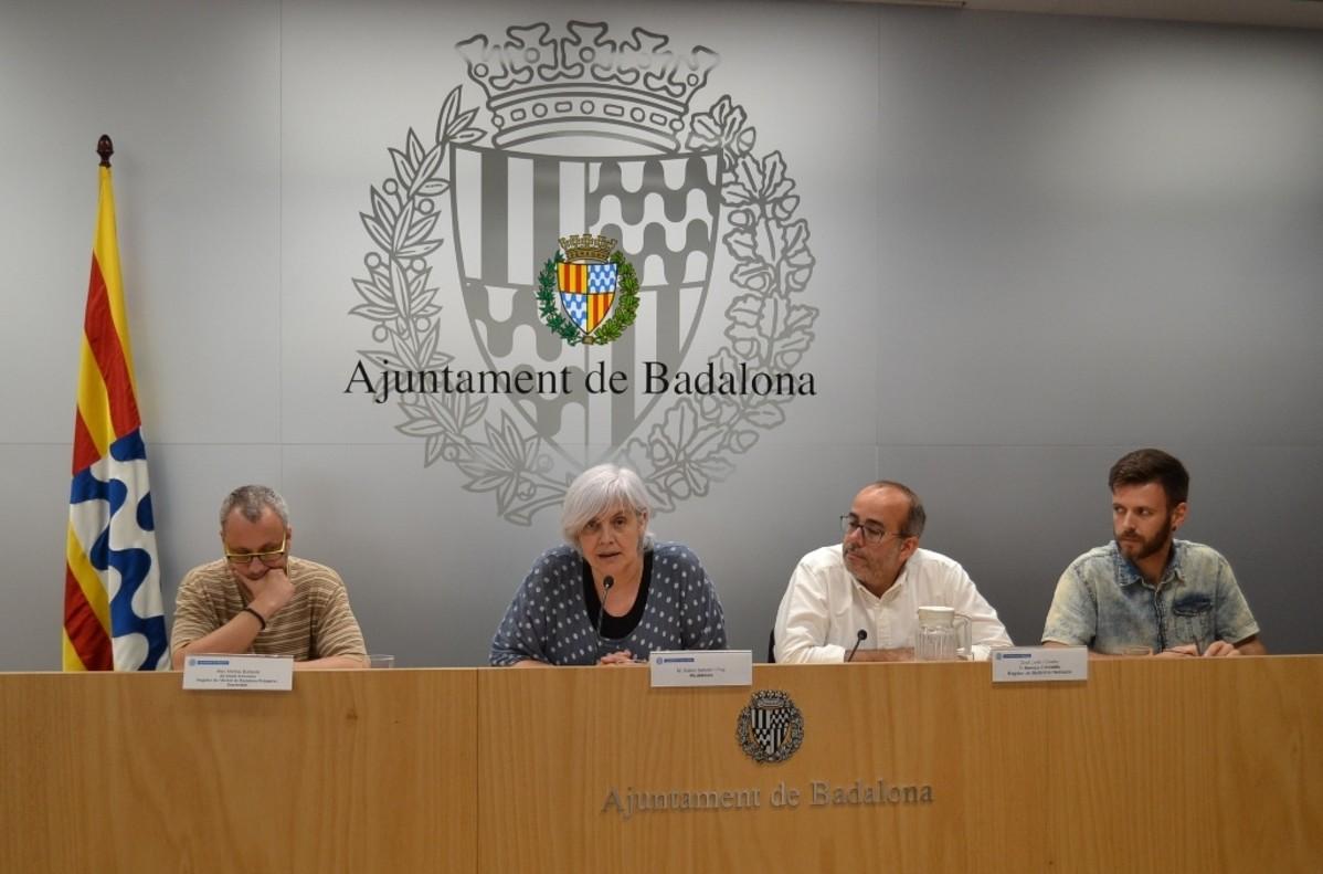 La alcaldesa de Badalona y los concejales durante la rueda de prensa.