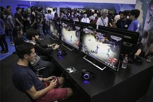 Jóvenes jugando en la Barcelona Games World.