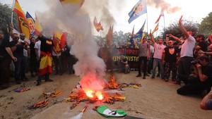 Los manifestantes de la extrema derecha han quemado senyeres durante su manifestación.