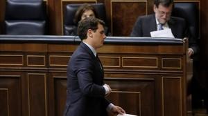 Rivera pasa ante el escaño de Rajoy en el Congreso de los Diputados.