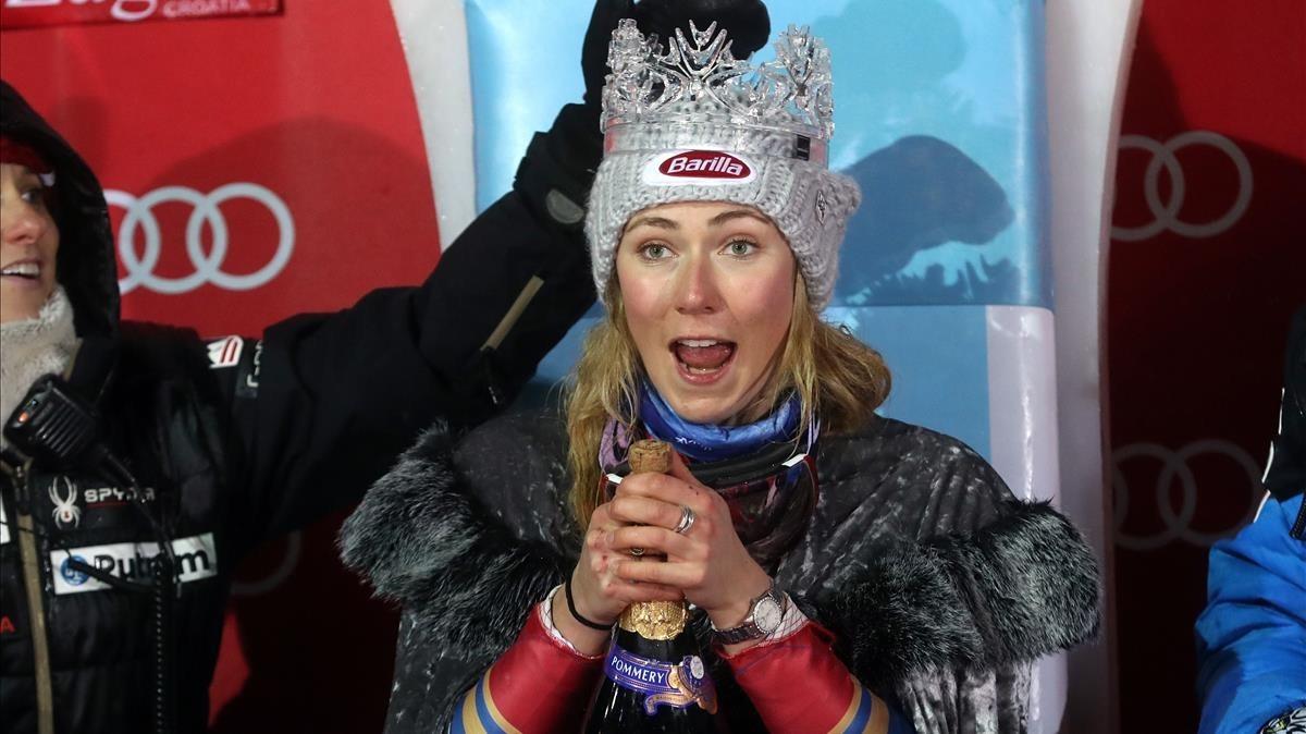 Mikaela Shiffrin celebra su victoria en el eslalon nocturno de Zagreb.