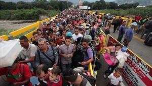 Ciudadanos venezolanos cruzan el puente internacional Simón Bolívar desde San Antonio del Tachira, en Venezuela, hacia Colombia, el 10 de febrero.