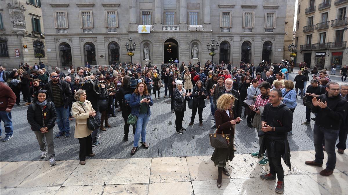 Imagen de la concentración convocada por los CDR y la CUP en la plaza de Sant Jaume, este jueves.