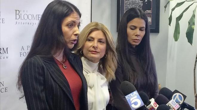 Faviola Dadis, la abogada Lisa Bloom y Regina Simons, de izquierda a derecha, este lunes en Los Ángeles.
