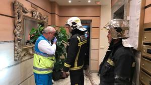 Los bomberos y servicios de emergencias, en el edificio de Getafe en el que han fallecido los dos hermanos.