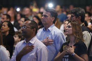 RIO DE JANEIROBRASIL-El presidente electo de BrasilJair Bolsonaroy su esposa Michelle Bolsonaromientras participan en un culto evangelico.EFE Fernando Frazao