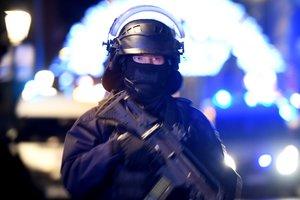 Oficiales de policía hacen guardia cerca a donde ocurrió el atentado.