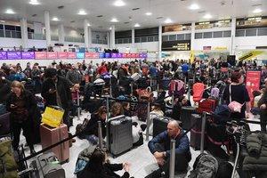 Viajeros esperan en el aeropuerto de Gatwick en Londres.