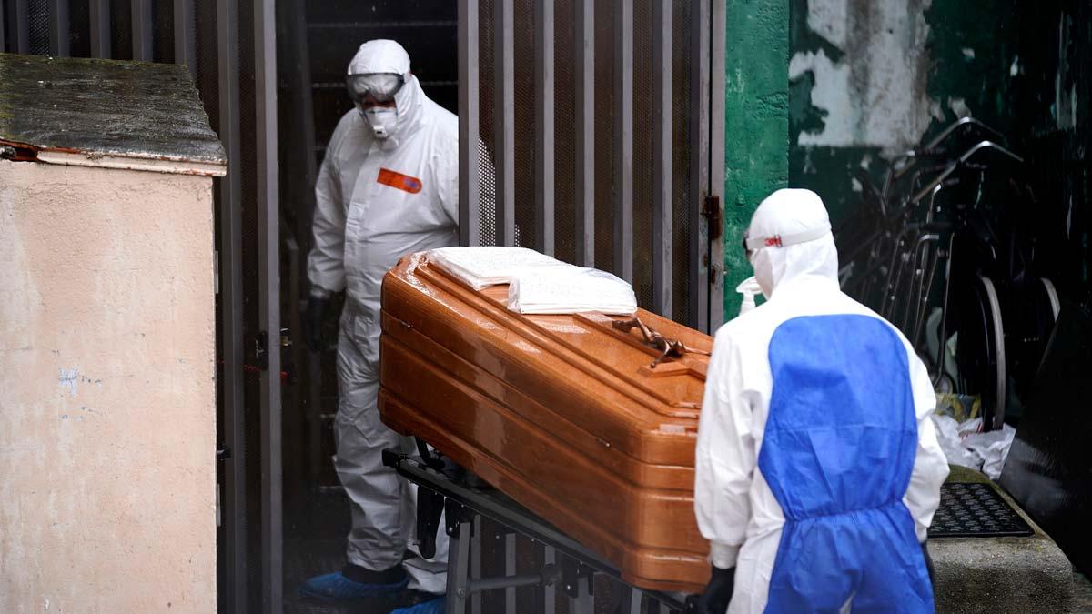 94.417 casos de coronavirus y 8.189 fallecidos en España, un 11,5 % más en 24 horas. En la foto, operariosde un servicio funerario se disponen a trasladar loscadaveres de varios ancianos fallecidos por coronavirus en el centro de mayores Vitalia, en la localidad madrileña de Leganés.